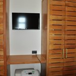 Aquamarina room tv in twin bedroom