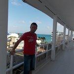 En el balcón del hotel..