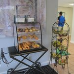 el desayuno se sirve en el lobby y se lleva porque no hay muco lugar para sentarse.