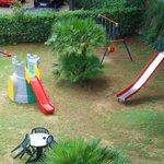 Giardino con giochi per bambini