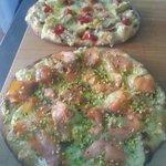 Pizza con salmone e pistacchio pizza carciofini  pomodorino e alici e mozzarella