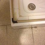 Salle de bain vieille et sale