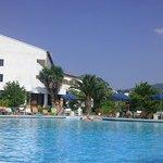 piscine et l'hôtel an arrière plan
