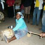 """De """"trek""""trommelaarster in Tembe, april 2014"""
