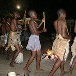 Dansvoorstelling bij de Boma van de plaatselijke bevolking, april 2014