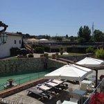 uitzicht op zwembad en terras