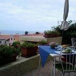 Colazione in terrazza con vista mare