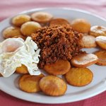 Tortos con picadillo y huevo