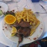 cotelettes d'agneau grillé avec des french chips