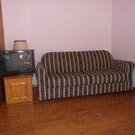 divano affianco al televisore