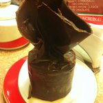 Moño de chocolate relleno de un piso de mousse de frutos del bosque y otro de dulce de leche. Ex