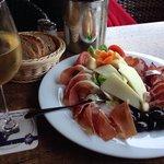 Тарелка с сыром, хамоном, оливками каламата и овощами. Было вкусно!