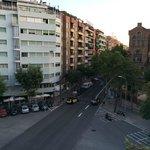 Zimmerausblick rechts auf Kreuzung und Hospital Sant Pau