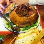 Plato o calabaza de pan rellena con carne, panceta, chorizo, muy rica