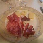Antipasto di salumi e formaggi della cena tirolese