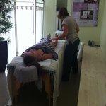 Massage dans la salle bambou