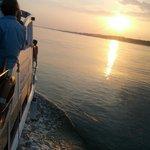 Rumbo a puerto con la puesta de sol en el horizonte