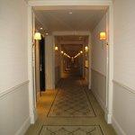 長い廊下がクラシカルです。