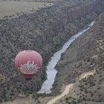 L'altra mongolfiera in volo nel canyon
