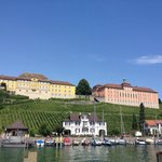 Zicht op Neues Schloss vanaf water