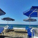 пляж и лежаки