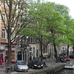 Uma das ruas arborizadas do bairro.