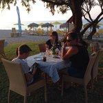 Buiten eten aan het strand