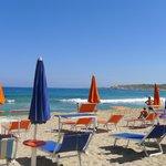 Chaises longues sur la zone privée de la plage