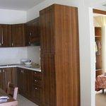 dalla cucina si intravvede una camera-letto