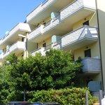la facciata dei due corpi, con balcone e terrazzino