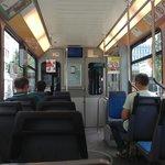 Vista dentro do tram com a TV que avisa (de forma escrita e falada) a próxima estação