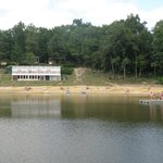 aan de andere kant van het meer ,kijk je naar het binnenzwembad