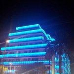 Fachada del hotel q va cambiando de color