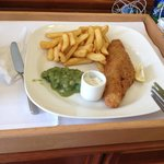 O tradicional fish and chips do serviço de quarto por 10£