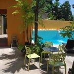 patio, piscina y acceso a la room 9