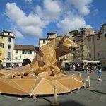 """piazza dell'anfiteatro con """"scultura"""" in cartone"""