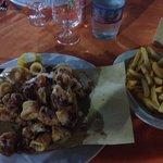 Fritto di calamari con patatine fritte