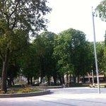 Трамвайные остановки и парк с площадками для детей, для выступлений, праздников