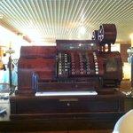 В ресторане, где завтрак, забавный интерьер: большая старинная касса
