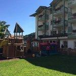 parco giochi dell'albergo e facciata laterale