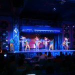 rifados los bailarines y muy guapas las bailarinas.