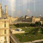 夕阳下卢浮宫在金色的余晖下显得如此神秘