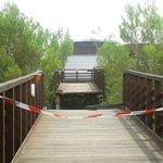 ponte crollato accesso alla spiaggia