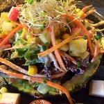 ensalada tropical sobre corona de piña
