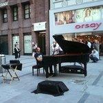 Llena de vida, puedes esperar de todo: musicos, puestos de fruta en la calle, alemanes con el tr