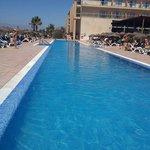 La piscina de arriba tiene unos 25m de longitud (ideal para practicar natacion) y 1.70m de profu