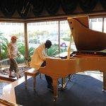 dans le Hall d'entrée de L'Hôtel le piano mécanique