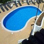 Vista sulla piscina e zona solarium dalla nostra stanza al terzo piano