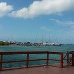 En el muelle, antes de tomar el bote que lleva a la isla
