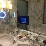 Badezimmer mit integriertem TV
